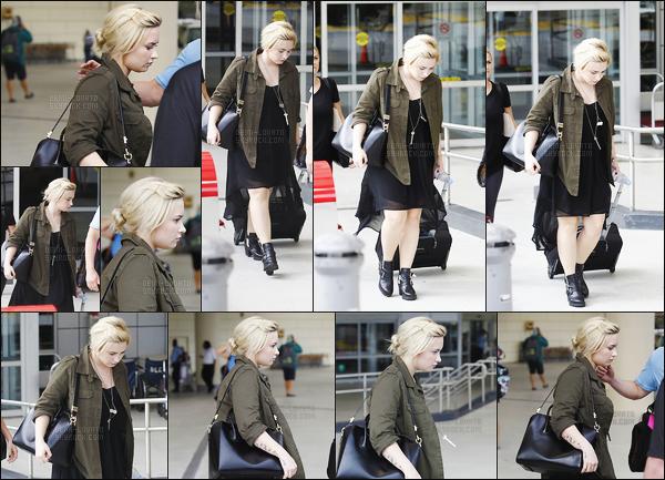 -  10.06.13 —  Demi Lovato , très fatigué, a été vue sortant de l'aéroport de la Nouvelle-Orléans ! .