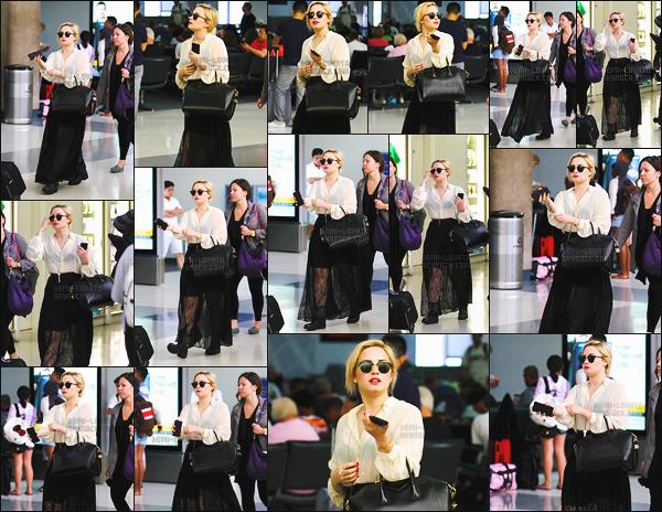 . 26.06.13 —  Notre belle Demi Lovato a été vue alors qu'elle arrivait à l'aéroport de « LAX » - à Los Angeles, CA !  La sublime Demi prenait un vole en direction New York, pour se rendre sur le plateau de Good Morning America. J'adore sa tenue, top.  .