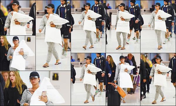 . 25.04.17 — Demi Lovato, oreillé à la main, à été aperçu alors qu'elle est à l'aéroport de « JFK » dans la ville de NY !   Demi est de retour dans la ville de New York pour la soirée de gala. Je n'ai pas d'avis particulier sur la tenue, miss D. a vraiment l'air fatigué.  .