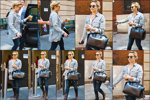 -  18.07.13 —  Demi Lovato a été photographiée alors qu'elle sortait de son hôtel a Philadelphie !  .