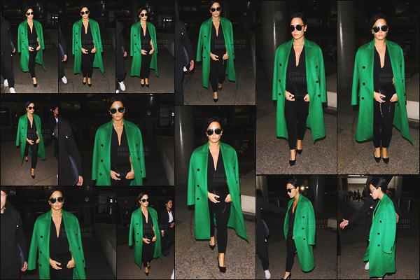 . 05.02.17 — Notre sublime, Demi Lovato à été photographiée arrivant de l'aéroport de « LAX » à Los Angeles, CA !   D. est de retour au états-unis après un petit séjour à Dubaï ! J'aime beaucoup son manteau qui donne une petite touche de couleur, top.  .