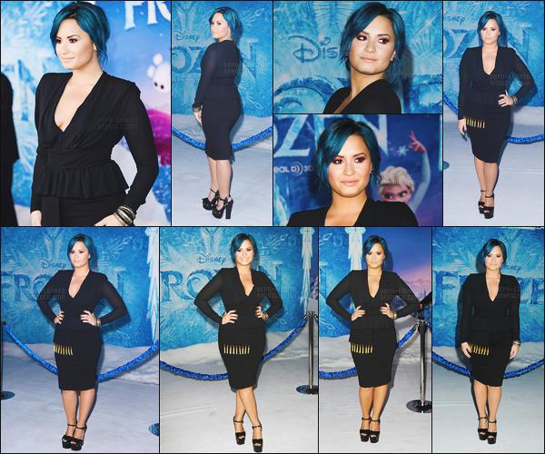 . 19.11.13 —  Demi Lovato était présente sur les tapis de l'avant première du film Disney « Frozen  » à Los Angeles !  Lovato est vraiment sublime, ses cheveux son parfait et j'aime énormément sa tenue ! Elle a également posé avec l'actrice Kristen Bell. .
