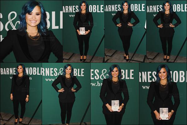. 23.11.13 —  La belle Demi Lovato  dédicaçait son livre « Staying Strong » dans la librairie Barney & Nobles - LA!  .