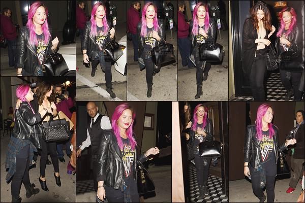 . 23.01.14 —  Demi Lovato a été vue arrivant puis quittant le restaurant « Craig's » en compagnie de Selena Gomez !  Delena était encore très complice à cette époque, elle sont trop mignonne. D était passé au rose, après avoir testé les cheveux bleus. .
