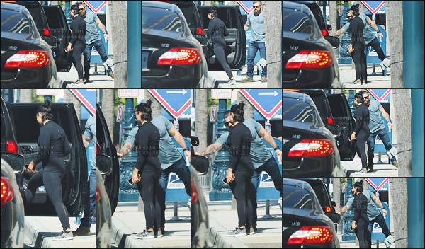 . 04.05.17 — Demi Lovato est photographiée alors qu'elle quittait son cours de gym dans les rues de Los Angeles !  C'est de bon matin qu'elle s'accorde un peu de temps pour aller faire son cour de gym. Une tenue basique pour le sport, je n'ai pas grand chose dire.  .