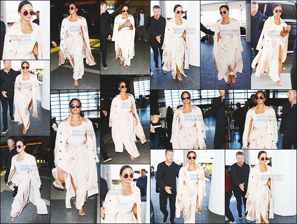 """- - 16.05.2017- : Notre chanteuse, Demi Lovato à été photographiée arrivant de l'aéroport de « LAX » dans Los Angeles, CA !    Lorsque qu'elle est arrivé miss Lovato a refusé de donner un autographe à une """"non"""" fan ! Sinon j'aime beaucoup sa tenue, et ses lunettes sont jolie. -"""