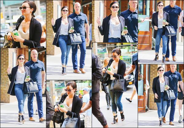 . 26.05.15 —  Notre magnifique Demi Lovato  a été photographiée alors qu'elle était dans les rues de - New York !   .