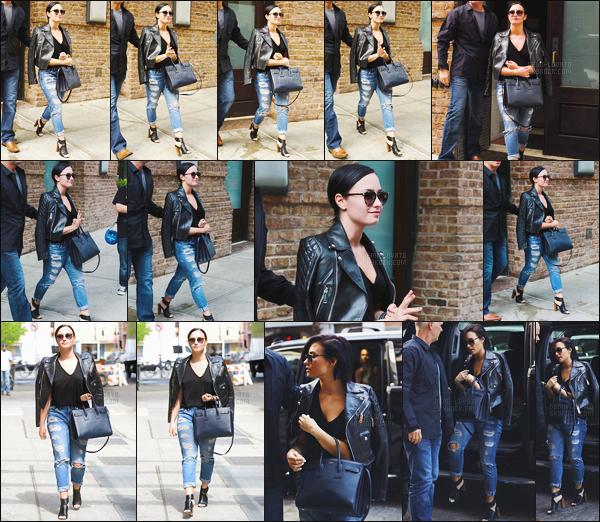 . 27.05.15 —  Notre magnifique Demi Lovato  a été photographiée alors qu'elle était dans les rues de - New York !   .