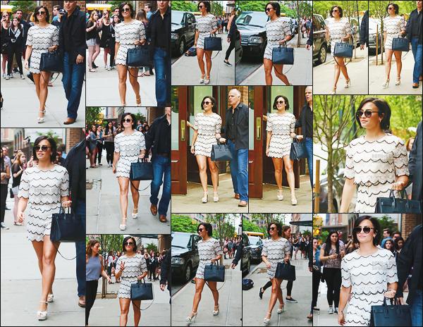 . 28.05.15 —  Notre magnifique Demi Lovato  a été photographiée alors qu'elle quittait son hôtel dans - New York !   .