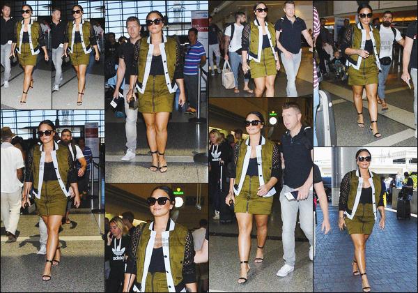 - - 17.06.2017- : Notre chanteuse, Demi Lovato à été photographiée arrivant de l'aéroport de « LAX » situé dans LA !    Demi prenait un vol en direction de Cannes ! Ça fait plaisir de la voir sourire, j'aime sa tenue particulièrement sa veste et ses lunettes sont magnifique. -