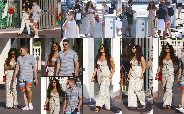 - - 20.06.2017- : Notre touriste Demi Lovato, avec son garde du corps, a été vue se promenant dans les rues de Cannes !    La chanteuse se rendait sur un yacht avec son ami Joe Jonas pour passer du bon temps. Demi est super belle dans sa combinaison, j'aime beaucoup.  -