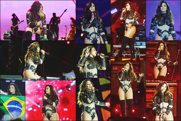- - 01.07.2017- : Demi Lovato était présente sur la scène du festival « VillaMixFestival » dans la ville Goiania, au Brésil !    Avant le concert, notre chanteuse a été vue alors qu'elle arrivait sur les lieux. J'aime bien sa tenue de scène mais un petit top, j'aime moins le col roulé . -