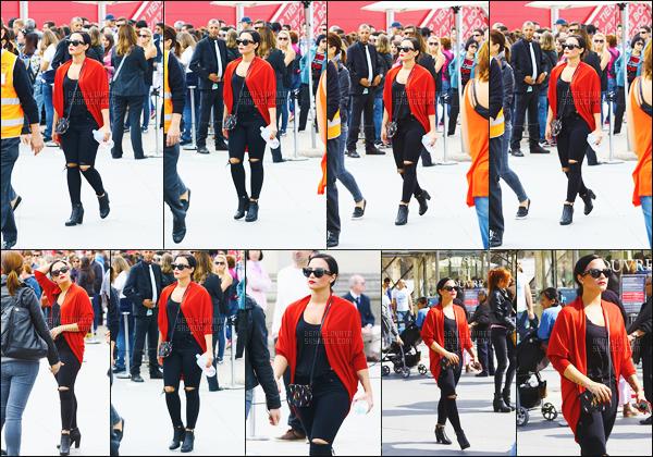 . 05.09.15 — Notre Demi Lovato à été aperçu alors qu'elle se promenait devant le musée du Louvre à Paris, France !    Ça fait trop plaisir de voir Demi dans notre pays, c'est pas souvent. J'aime énormément son ensemble, c'est simple mais magnifique. Top.  .