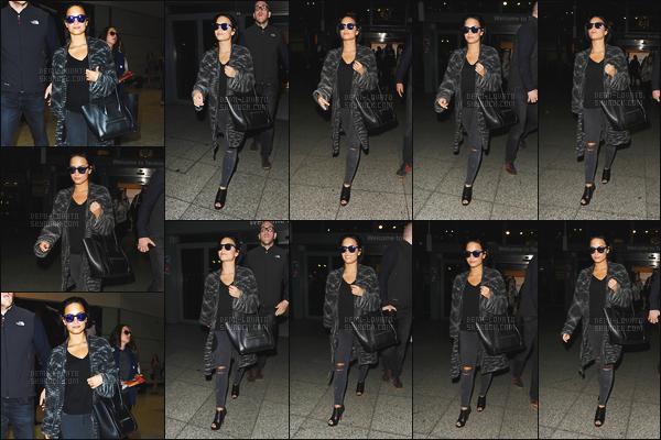 . 07.09.15 — Demetria Lovato a été vue alors qu'elle arrivait à l'aéroport de « Londres » - au Royaume Unis, UK !  Après un petit séjour dans la ville de Paris, Demi a été photographie à Londres. J'aime bien sa tenue malgré qu'elle soit un peu sombre ! .