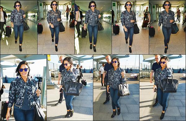. 10.09.15 — Miss, Demi Lovato à été photographiée quittant son hôtel dans la ville de Londres - Royaume Unis !   Le même jour notre chanteuse préférer a été repéré allant à l'aéroport en direction d'un vol pour Berlin. J'adore les deux tenue, donc top.  .