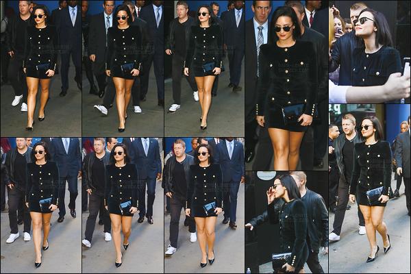 . 29.10.15 —  Demi Lovato s'était rendu sur le plateau télé « Good Morning America » se situant dans New York!   Gros top pour sa tenue ainsi que sa coiffure, j'adore également son rouge à lèvre et son make-up très naturel. Coup de c½ur pour moi. .