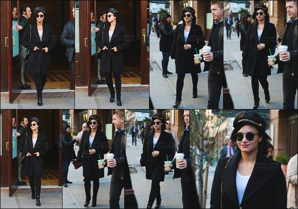 . 30.10.15 —  Demi Lovato a été photographiée alors qu'elle quittait son hôtel, toujours dans la ville de New York !  Demi n'arrêtait pas de voyager pendant cette période entre les Etats Unis et Londres. J'aime sa tenue, ses chaussures et son chapeau.  .