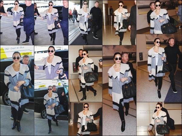 . 20.01.16 —  Miss Demi Lovato a été photographiée alors qu'elle arrivait à l'aéroport de « LAX » à Los Angeles !  La belle Demi prenait un vol direction Iowa où elle était le lendemain  afin de chanter dans le cadre de la campagne d'Hillary Clinton. .