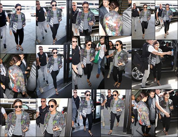 - - 14.08.2017- : Miss Demi a été photographiée arrivant à l'aéroport « LAX » qui se trouve dans la ville de - Los Angeles !    La chanteuse pend un vol direction New-York. Demi Lovato a opté pour un jean slim noir, simple haut avec une veste super canon, pour moi c'est un top.  -