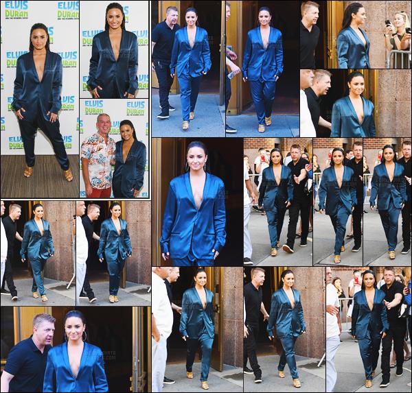 - - 17.08.2017- : Demi Lovato a été vue quittant son hôtel pour se rendre à « The Morning Show  » avec Elvis Duran à NY !    La miss Demi Lovato portait un ensemble mais j'aurais préféré voir les pièces séparément. Sa coiffure est vraiment sublime et son make-up est trop jolie. -