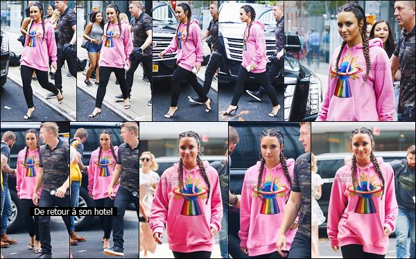 - - 18.08.2017- : Demi Lovato, avec son garde du corps, a été vue arrivant et sortant de son hôtel toujours à New York !    Le soir elle a été vue allant à une comédie musicale : Cher Evan Hansen. La première tenue est très décontracté et j'aime beaucoup la deuxième tenue.   -