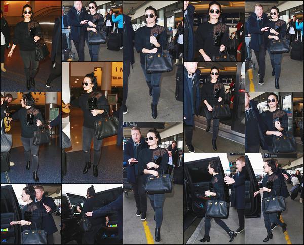- 22.01.16 — Miss Demi Lovato a été repérer alors qu'elle était à l'aéroport international de « LAX » à Los Angeles !     Demi Lovato est de retour après son petit séjour dans le Midwest des Etats-Unis. J'aime beaucoup sa tenue et j'adore ses lunettes de soleil, donc un top. -