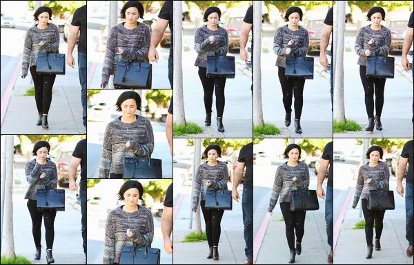 . 26.01.16 —  Demi  a été prise en photo par les paparazzis alors qu'elle se promenait dans les rues de Los Angeles !  La belle brune  profite de son temps libre pour sortir en ville, seule et avec son garde du corps. C'est une tenue simple qu'elle porte, top. .