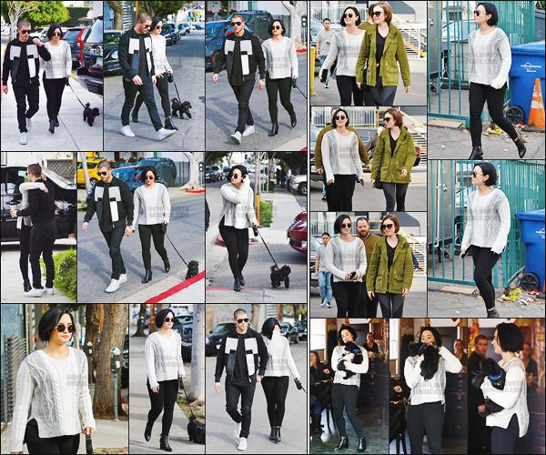 . 27.01.16 —  Demi Lovato a été prise en photo alors qu'elle se promenait avec Nick Jonas prendre un café dans LA !  La belle chanteuse a été photographiée ensuite avec l'actrice Lily Collins, puis de nouveau seule. J'aime beaucoup son pull, vous aimez ? .