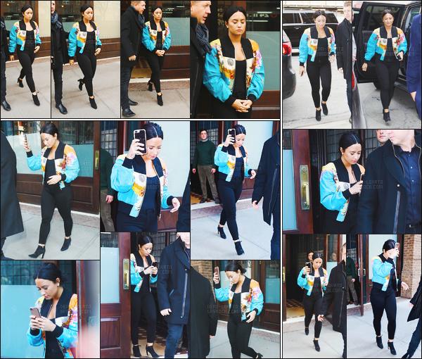 . 21.03.17 —  Demi Lovato a été photographiée alors qu'elle quittait son hôtel, toujours dans la ville de New York !  Demetria n'arrête pas entre les sortit et les événements quand elle est à NY. J'aime sa tenue, dommage que notre chérie ne sourit pas.  .