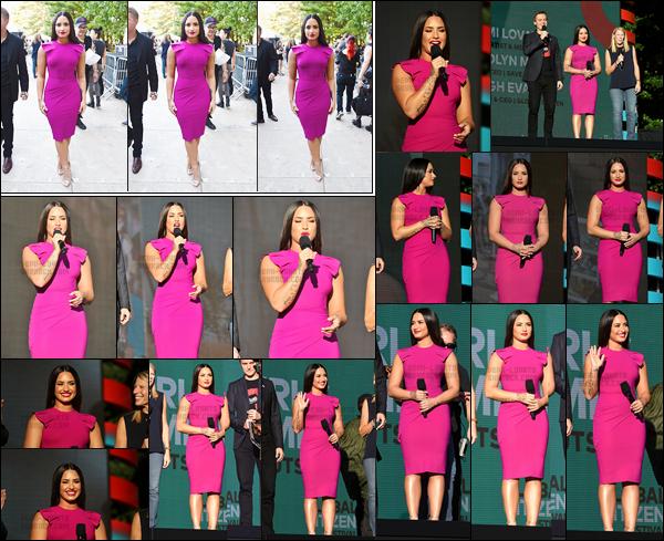 - - 23.09.2017- : Demetria Lovato a été photographiée arrivant au  « Global Citizen Festival  » toujours dans la ville de NY !    Je n'ai pas les mots pour décrire comme D. est sublime dans cette robe violette qui met ces courbe en valeur. J'adore la voir avec ses cheveux long, top.  -