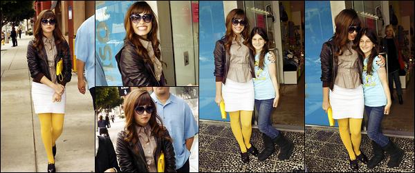 . 09.05.08 — La jeune Dem Lovato a été photographiée alors qu'elle faisait du shopping dans Los Angeles, en CA !  C'est la première sortit de D. devant les pap's, ça date de 9 ans. Elle est toute souriante c'est cool mais les collants jaune c'est pas beau. .