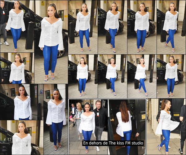 - - 27.09.2017- : Notre chanteuse Demi Lovato était en dehors des studios de « BBC Radio One » dans la ville de Londres !    Un peu plus tard, Demi arrivait à la station de The Kiss FM radio ! Lovato a opté pour une simple blouse avec un jeans en cuire bleu. J'aime trop, un top.   -