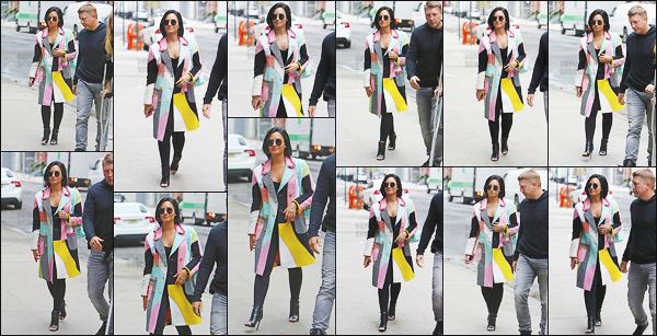 . 02.05.16 —  Notre magnifique Demetria Lovato a été photographiée alors qu'elle était dans la ville de New-York ! Elle a été vue avant de se rendre pour la première fois au MET gala qui est un événement très prisée à New York. J'aime bien sa tenue. .