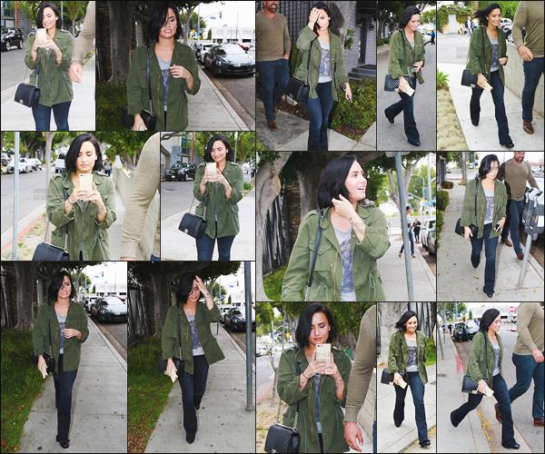 . 18.05.16 — Demetria Lovato a été photographie alors qu'elle se baladait dans les rue de West Hollywood, CA !   .