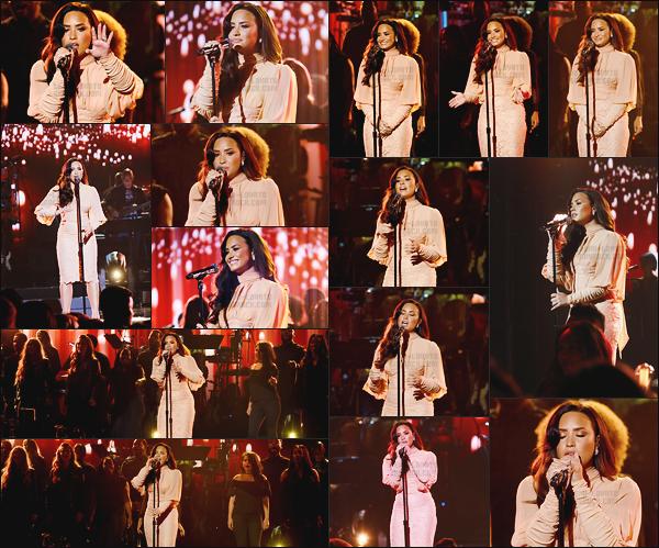 - -• 14.10.17- : Demi Lovato était présente lors du « Somos Live » afin d'y performé sur une reprise, situé à Los Angeles !    C'est avec tellement d'émotion que Demi Lovato à chanté sur Hallelujah, c'est juste une merveille, j'en ai des frissons. J'aime sa robe donc un gros top. -