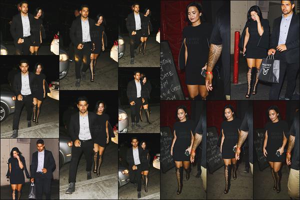 - - 24.05.2016- : Demi Lovato et Wilmer ont étés vue alors qu'ils allaient manger chez « Mastro's Steakhouse » - en CA !    La chanteuse Demi était très belle, j'aime énormément sa tenue malgré qu'elle soit sombre. Par contre je ne suis pas fan de ses bottes mais un top. -
