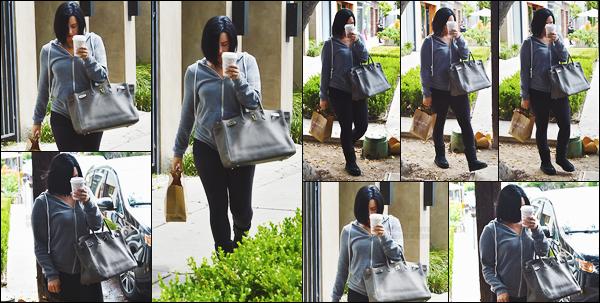 - - 24.05.2016- : Demi Lovato a été vue alors qu'elle sortait du salon de coiffure « Nine Zero One » - à West Hollywood !    C'est dans une tenue très décontracté qu'on aperçoit la belle, mais j'aime bien. Dommage que Lovato se cache derrière son café. J'aime ses cheveux.  -