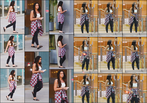 - -• 25.10.17- : Demi Lovato a été photographiée alors qu'elle était toute seule dans les rues de Beverly Hills - Californie !    DL n'est pas très ravie à l'idée de voir les paparazzis ce jour là, ça peut se comprendre .. Elle est très belle j'adore sa tenue ainsi que son make-up, top. -