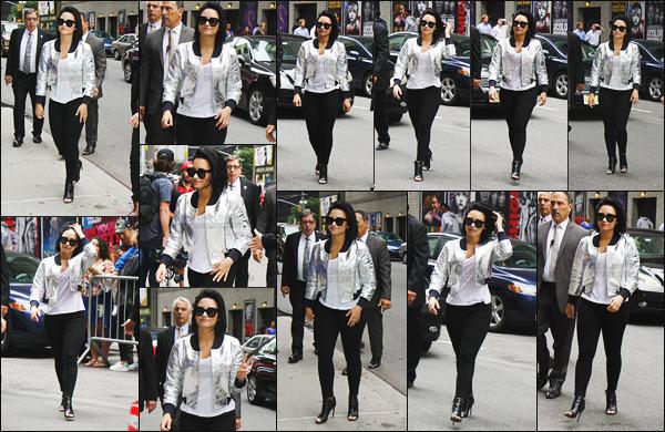 . 16.06.16 —  Demi Lovato a été repérée arrivant sur le plateau télé du « Late Late Show » avec James Corden !  J'aime bien sa tenue, ce que je préfère c'est la veste est elle est magnifique ! Demi a donné une interview avec Nick un peu plus tard dans la soirée  .