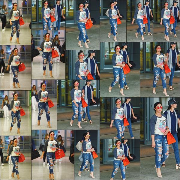- - 23.06.2016- : Notre chanteuse, Demi Lovato à été photographiée arrivant de l'aéroport de « LAX » dans Los Angeles !     D. était de retour à LA pour le plus grand plaisir des paparazzis qui l'ont surprise, je suis fan de sa tenue, son sac et ses lunettes apporte de la couleur  -