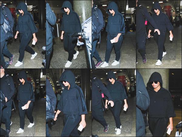 - - 07.07.2017- : Demi Lovato à été photographiée alors qu'elle arrivait à l'aéroport de « LAX » situé dans Californie, USA !    Miss Demi Lovato est de retour chez elle après un long séjours en Allemagne. Sa tenue n'est pas très gaie dis donc, total look noir sauf les basket ahah. -