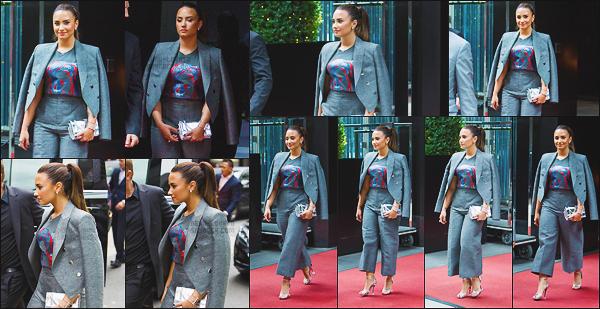 - - 06.09.2016- : Demi Lovato chantait alors qu'elle était l'invité du défilé « Fashion Show » d'Anna Wintou à New-York !    Après avoir chanté elle a été vue sortant du défilé de mode, Demi est radieuse comme à son habitude, un top pour toute sa tenue et de mise en beauté.  -