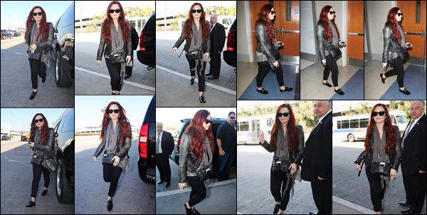 - -• 02.02.12- : Demi Lovato à été photographiée alors qu'elle arrivait à l'aéroport de « LAX » situé dans Californie, USA !    D.Lovato prenait un vol en direction du Chili pour un séjour bien remplis avec des conférences de presse, concert ... Tenue assez simple mais j'aime bien. -