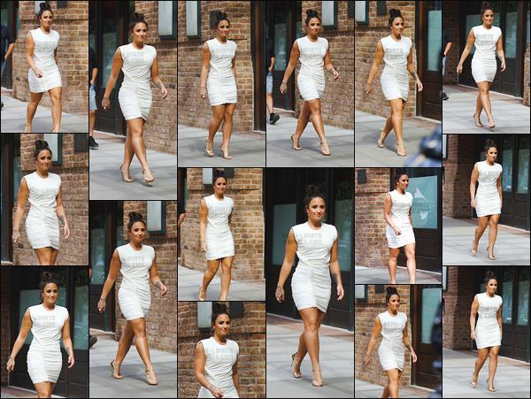 - -• 05.10.17- : Demetria Lovato marchant tranquillement dans les rues de Manatthan dans l'arrondissement de NewYork !    C'est toute souriante que nous retrouvons Demi Lovato dans cette magnifique robe blanche qui lui va à merveille. Elle est a tombé j'aime énormément -