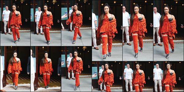 - -• 07.10.17- : Demi Lovato a été photographiée alors qu'elle sortait de son hôtel, toujours dans la grande ville de N-Y !    Demi était sur la scène des IHeartRadio afin de performé ses chansons. J'ai vraiment du mal avec cette tenue orange, je n'aime pas du tout, un bof .. -