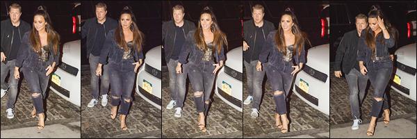 - -• 07.10.17- : En fin de soirée, la belle Demi Lovato a été photographiée alors qu'elle était dans les rues de New-York !    DL est à New-York depuis un bon moment, elle fait que de sortir, ça fait plaisir. Pour la tenue j'aime bien et plus particulièrement sont haut à dentelle. -