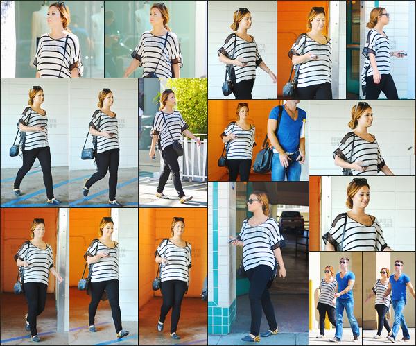 - -• 24.02.12- : Demi Lovato a été photographiée alors qu'elle était avec un ami dans les rues de Beverly Hills - Californie !    J'aime beaucoup la tenue que porte Demi pour cette sortie. J'adore son haut à rayure avec ce simple jeans, elle est très belle donc je lui donne un top. -