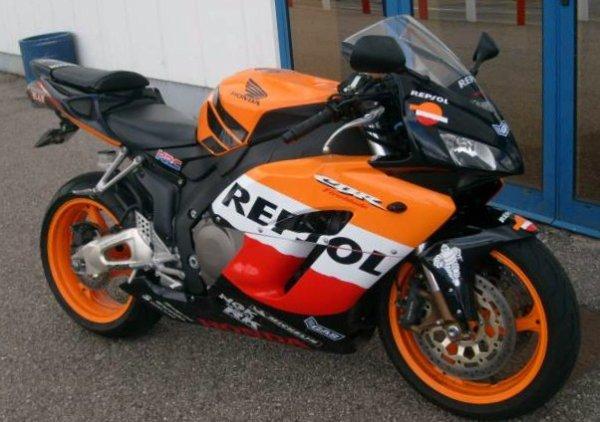 Tres belle moto ses bien que Honda qui peut faire sa mdr !  super belle replica respol ^^