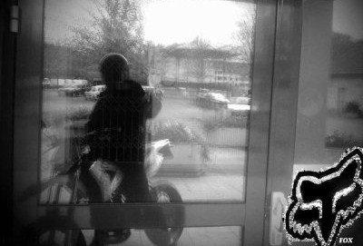 moi sur ma moto Pourquoi les motos sont mieux que les femmes ...  - Les courbes du corps d'une moto ne viennent jamais à ramollir; - Une moto ne peut pas tomber enceinte; - Il n'existe pas de période durant le mois où il est impossible de monter une moto; - Une moto n'a pas de parents; - Une moto ne chiale pas sauf lorsqu'il y a quelque chose qui ne tourne pas rond; - Lorsqu'une moto fait trop de bruit, il est possible de lui acheter un silencieux; - Lorsqu'une moto fume, il est possible de remédier à son problème; - Une moto se fout du nombre de motos que vous avez conduit avant elle; - Une moto ne se plaint pas lorsque vous regardez d'autres motos ou lorsque vous achetez des revues de motos; - Lorsqu'il commence à avoir du jeu entre les parties d'une moto, il est possible de remédier à la situation; - Lorsqu'une moto devient trop molle, il est possible de changer les amortisseurs; - Il est possible de boire une bière tout en chevauchant une moto; - Lorsqu'un autre homm