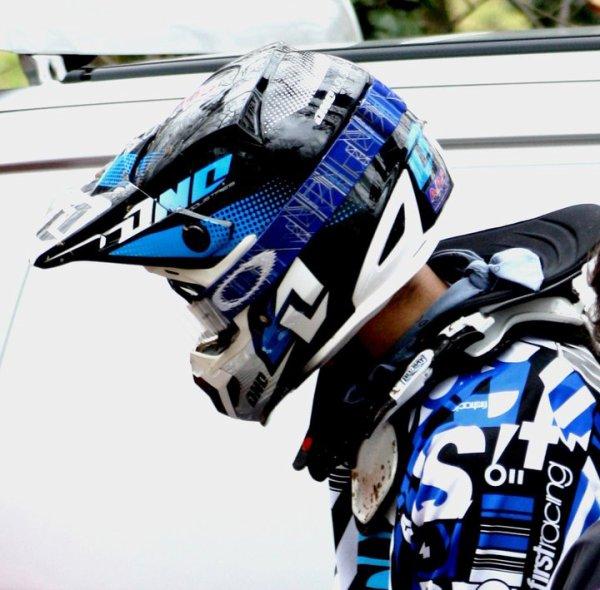 Moi  ^^  avec ma new combine acheter a motoland  j'adore le bleu ses pour sa que j'adore être en the man by bleue ^^